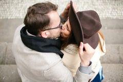 年轻行家夫妇亲吻,拥抱在老镇 免版税图库摄影