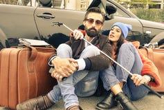 行家夫妇其次坐街道他们的cabrio 免版税库存照片
