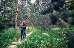 年轻行家夫妇在森林里 免版税库存照片
