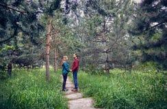 年轻行家夫妇在森林里 库存照片