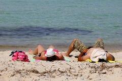 行家夫妇海滩爱琴海,希腊 免版税图库摄影