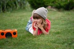 行家女孩听在无线减速火箭的看的报告人的音乐 库存图片