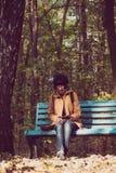 行家女孩在公园 免版税库存图片
