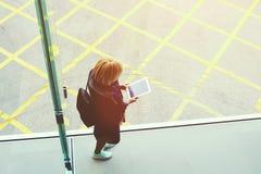 行家女孩拿着有拷贝空间屏幕的数字式片剂您的内容的 图库摄影