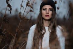 行家女孩画象有黑盖帽的 免版税库存图片