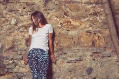 年轻行家妇女常设外部和摆在 免版税库存照片