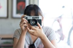 行家少年采取在咖啡馆的一台影片照相机 库存图片