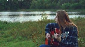 行家年轻美丽的女孩,拥抱由一个创造性的开始在森林沼地在中午,由森林风景启发了 股票录像