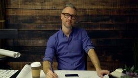行家建筑师喝咖啡并且微笑 影视素材