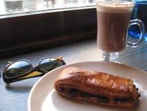 行家或欧洲早餐与太阳镜 免版税库存图片