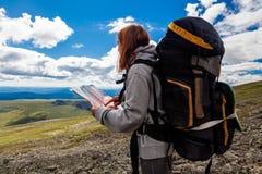 行家旅客在它上面山 免版税图库摄影