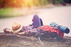 行家旅客在岩石湖边的睡眠放松 免版税库存图片