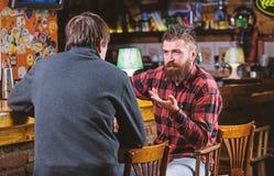 行家残酷有胡子的人花费与朋友的休闲在酒吧柜台 E r 星期五 图库摄影