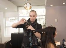 行家美发师和模型 免版税库存照片