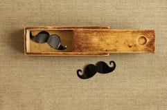 行家背景 在一个老箱子的花梢髭 例证百合红色样式葡萄酒 图库摄影
