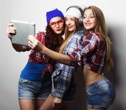 行家采取与数字式片剂的女朋友selfie 免版税图库摄影