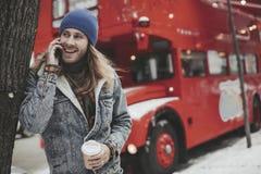 行家长发人谈话由在街道上的电话 库存照片