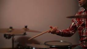 年轻行家鼓手玩杂耍的鼓槌 股票录像
