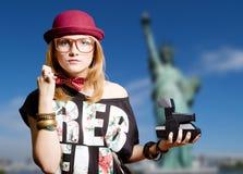 行家玻璃的女孩与在纽约的人造偏光板 库存照片
