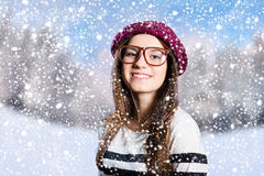 行家玻璃的愉快的可爱的女孩在多雪 免版税库存照片