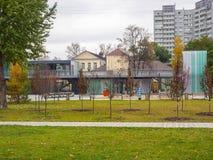 行政和陈列大厦在秋天的公园 免版税库存照片