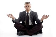 行政英俊的实践的瑜伽年轻人 免版税库存图片