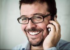 年轻行政谈话在电话 免版税库存图片
