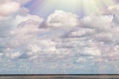 行星保存 有打破throu的阳光的陆风农场 免版税图库摄影