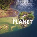 行星保存 湖和森林在春天 从a的看法 库存图片