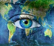 行星地球和蓝色hman眼睛 免版税库存照片