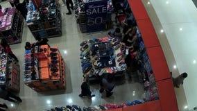 行李、袋子和鞋子在销售中在购物中心 股票视频