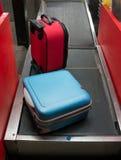 行李下落在机场 库存照片
