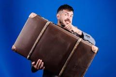 行李保险 带着大手提箱的人穿着考究的有胡子的行家 采取与您的所有您的事 大量手提箱 免版税图库摄影