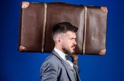 行李保险 旅行和行李概念 带着大手提箱的人穿着考究的有胡子的行家 采取所有您的事 免版税库存图片
