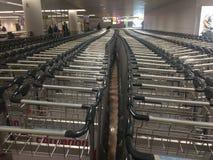 行李台车在机场 免版税库存照片