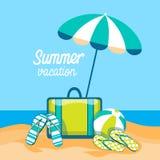 行李在伞暑假旅行热带海岛海边海滩下的触发器球 库存照片