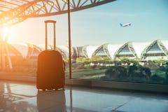行李或手提箱剪影被安置在窗口 免版税库存照片