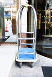 行李推车在旅馆 免版税库存照片
