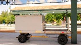 行李推车,在火车站,南佛罗里达的轨道 免版税库存照片