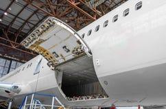 行李舱和货物部分在飞机开放在检查 免版税库存照片