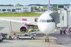 行李装货在飞机的 免版税库存照片