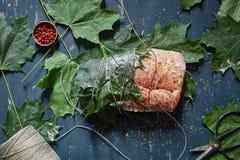 行猪肉内圆角被栓绿色槭树叶子撒布与桃红色pe 库存照片