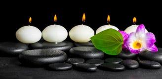 行白色蜡烛温泉静物画,兰花花的石斛兰属 免版税库存图片