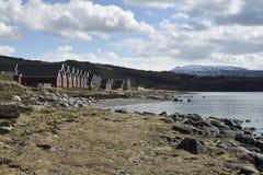 行的船库在与一座山的海滨与雪 免版税图库摄影