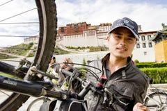 行程向西藏乘自行车 免版税图库摄影