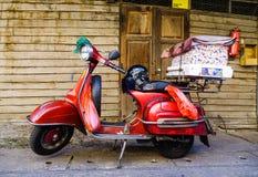 滑行车停放了在老连栋房屋的都市街道 库存图片