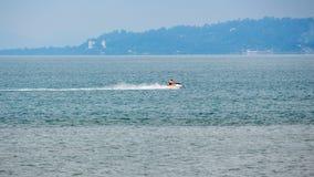 滑行车和小船在水,黑海,巴统,乔治亚 库存照片