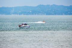 滑行车和小船在水,黑海,巴统,乔治亚 免版税图库摄影
