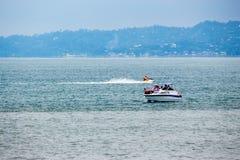 滑行车和小船在水,黑海,巴统,乔治亚 免版税库存图片