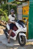 滑行车的司机在加油站村庄买汽油 库存图片